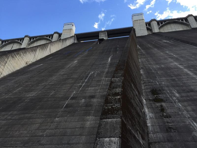 ダムを下から見上げた景色