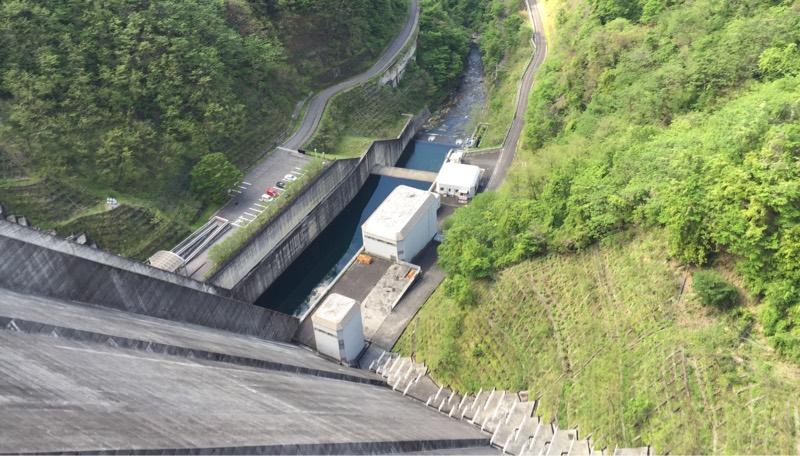 ダムの上から見た景色