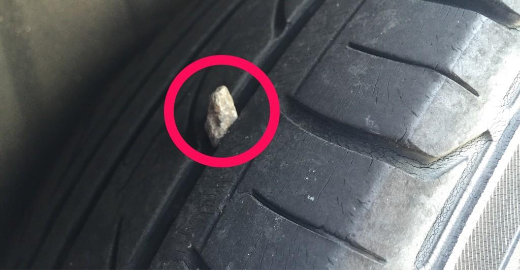 タイヤの溝に小石