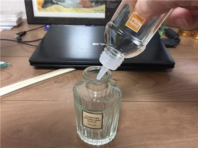 ガラス瓶にオイルを注ぐ