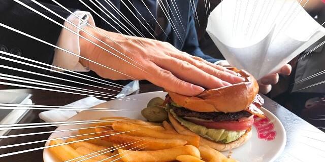 ハンバーガーを潰す