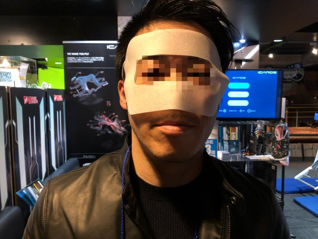 VR用マスクをしたおっさん